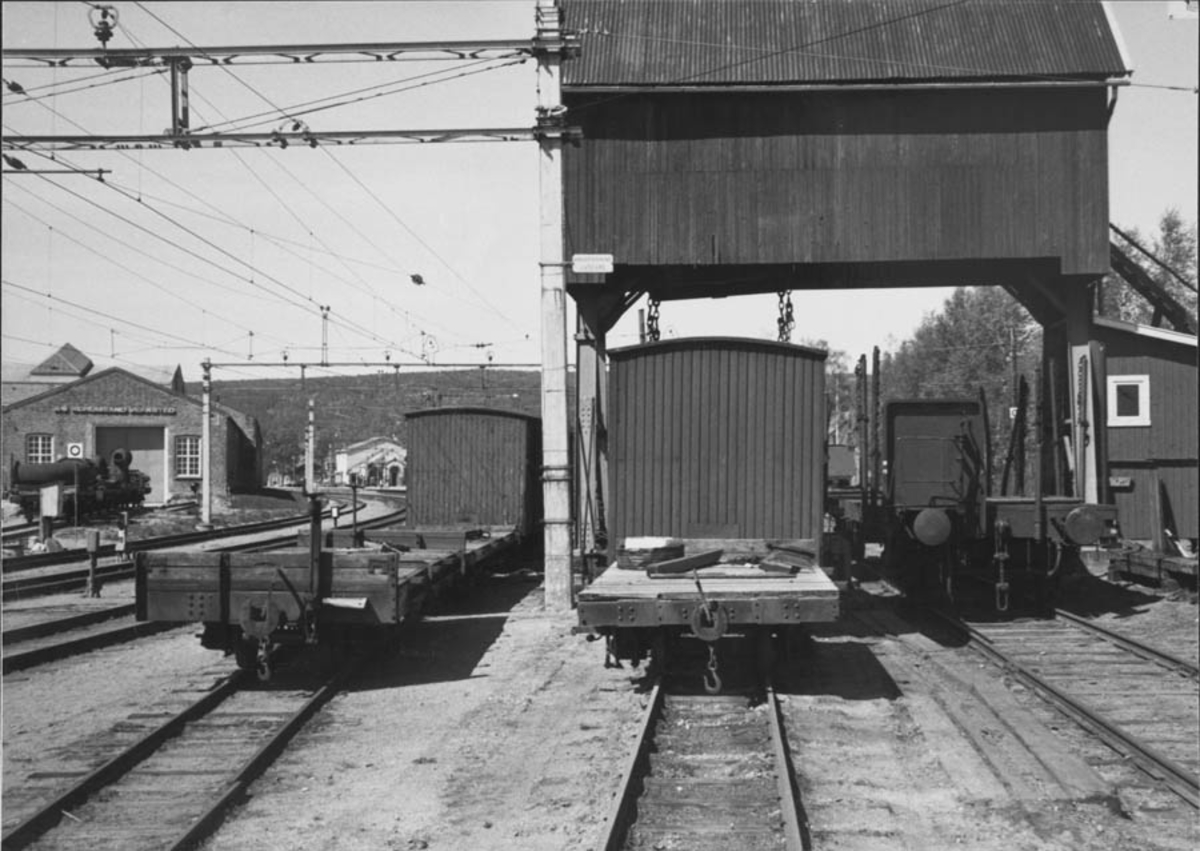 Hensatte godsvogner fra nedlagte Aurskog-Hølandsbanen ved portalkranen på Sørumsand stasjon