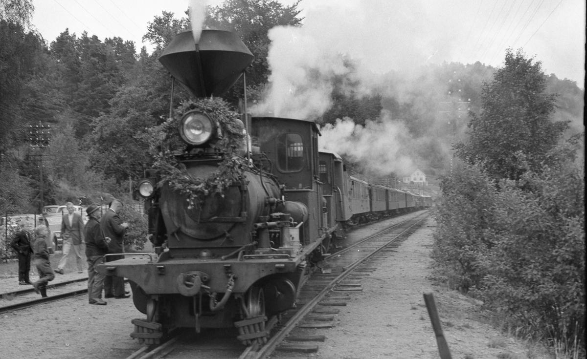 Et av de såkalte minnetogene som ble kjørt i forbindelse med nedleggelsen av Setesdalsbanen, her tog 2648 på Hægeland stasjon.