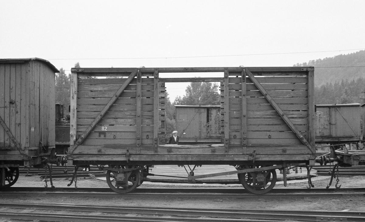 Godsvogner og løftekasser på Grovane stasjon.