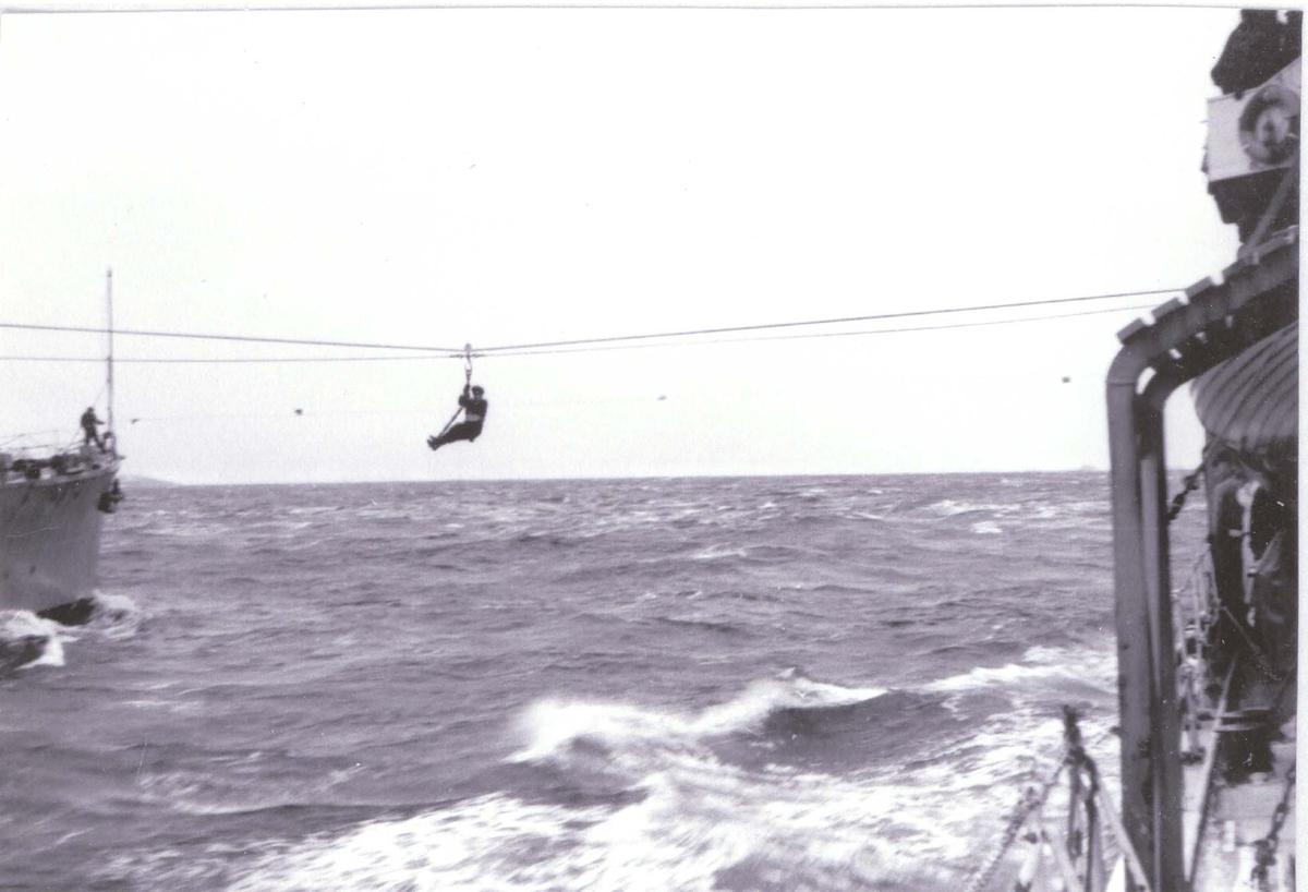 Jagere, C-kl., overføring i sjøen fra et skip til et annet, ca 1960.