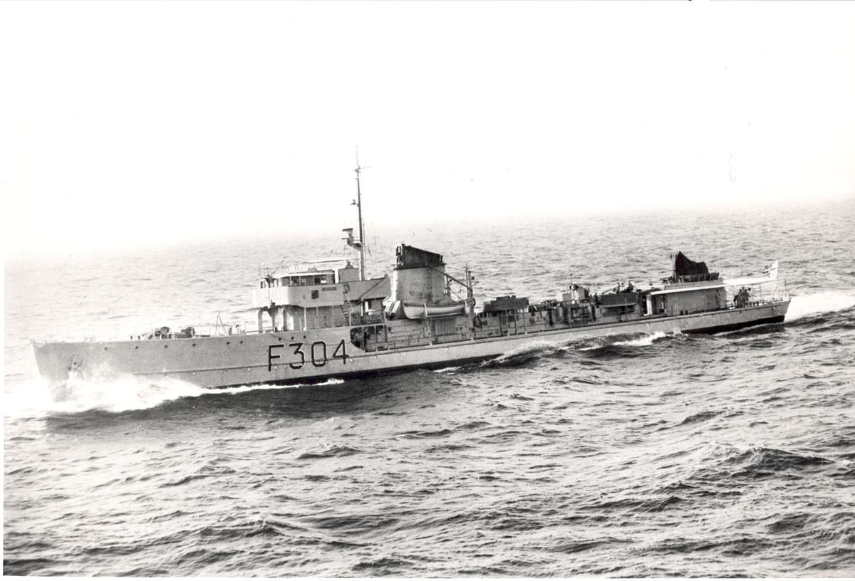 """Fregatten KNM """"Balder"""" under fart, babord side"""