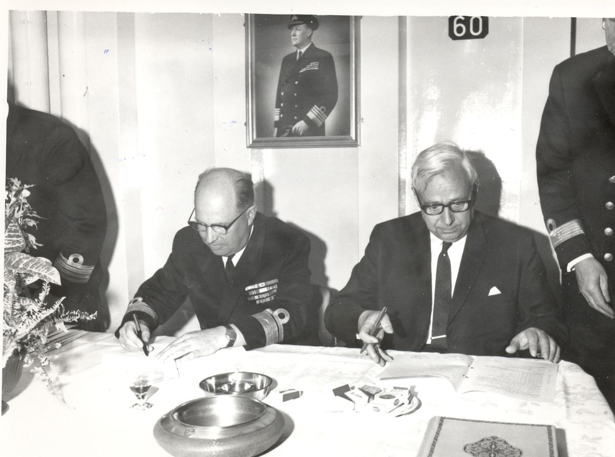 "Oslo-kl.- fregatt KNM ""Trondheim"" , kommandoheis 2. juni 1966, Karljohans vern/Horten Verft. Dokumenter signeres."