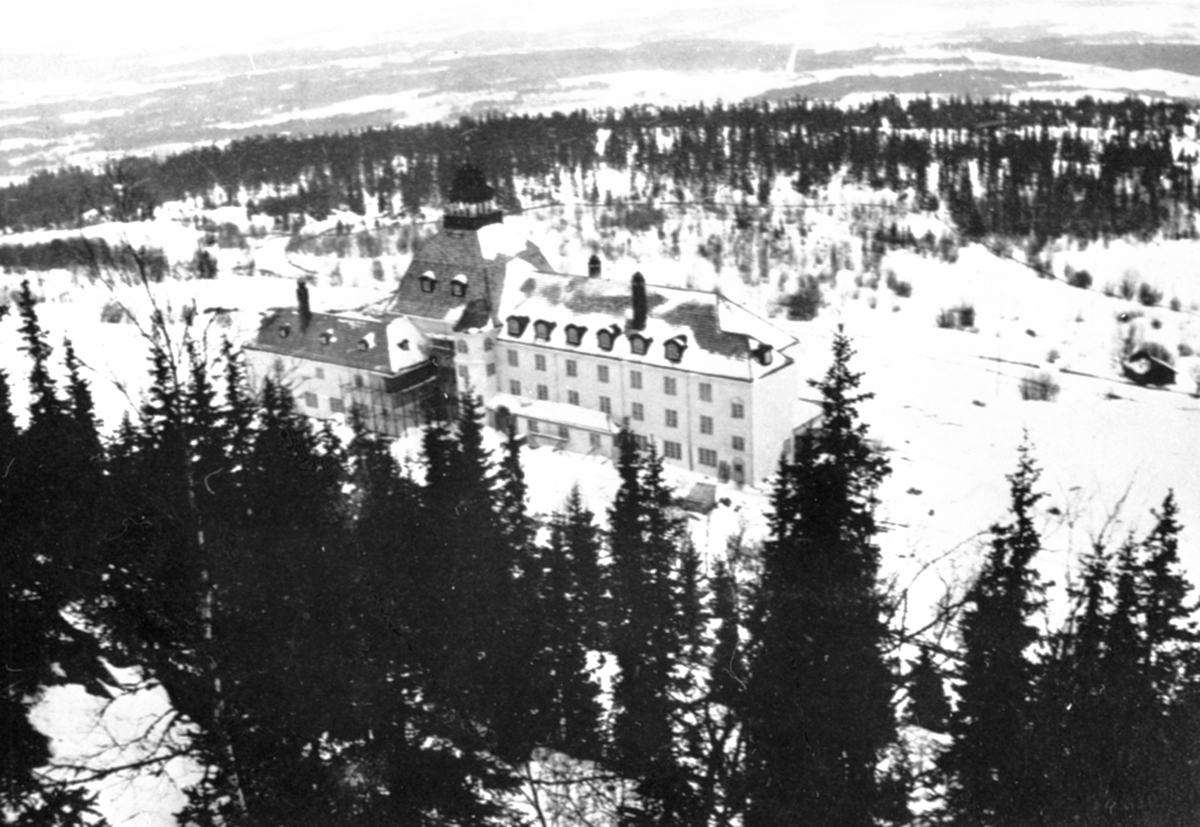 Høsbjør turisthotell, Furnesåsen. Vinter. Sett fra Høsbjørkampen.