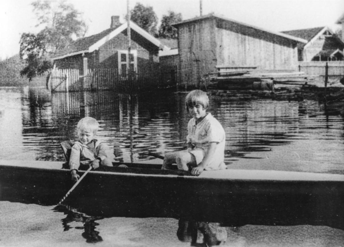 Flom i Sundet. Barn i kajakk. Sannsynligvis i 1927.