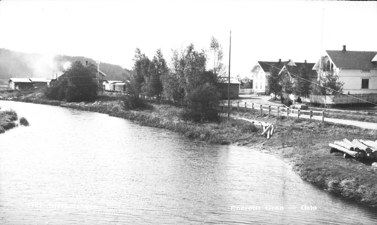 Bjørkelangen stasjon med tog til Sørumsand i spor 1.