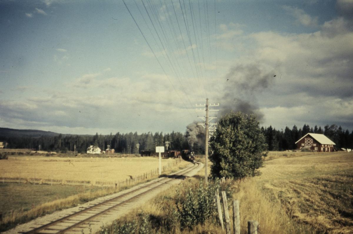 Tog 2051 til Skulerud underveis i Harkerudbakken.