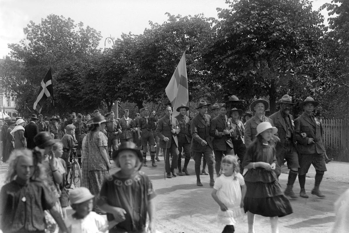 SPEIDERE PÅ LANDSLEIR I HAMAR 1924. OPPTOG I STRANDGATA. FØRSTE REKKE FV: RAGNVALD IVERSEN, TRONDHEIM, H. MØLLER GASMANN, OSLO, ERIK RASMUSSEN, BERGEN. 2. REKKE: ALBERT HORN, ROLF LYKKEN (FORBUNDSINSTRUKTØR), W. RETZ.