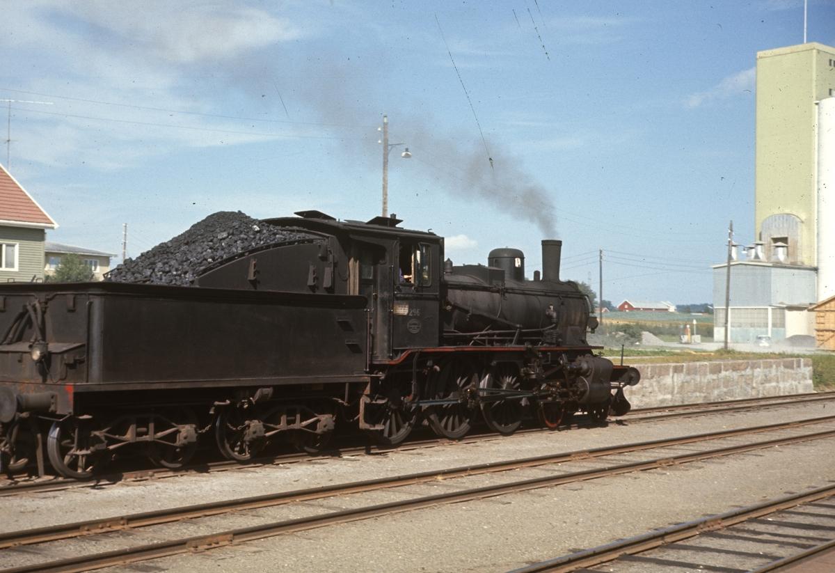 Skifting på Lena stasjon med damplok 27a 296